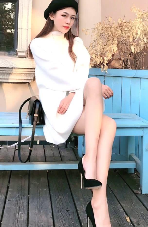 戴眼镜的清纯时尚可爱美女卖萌写真
