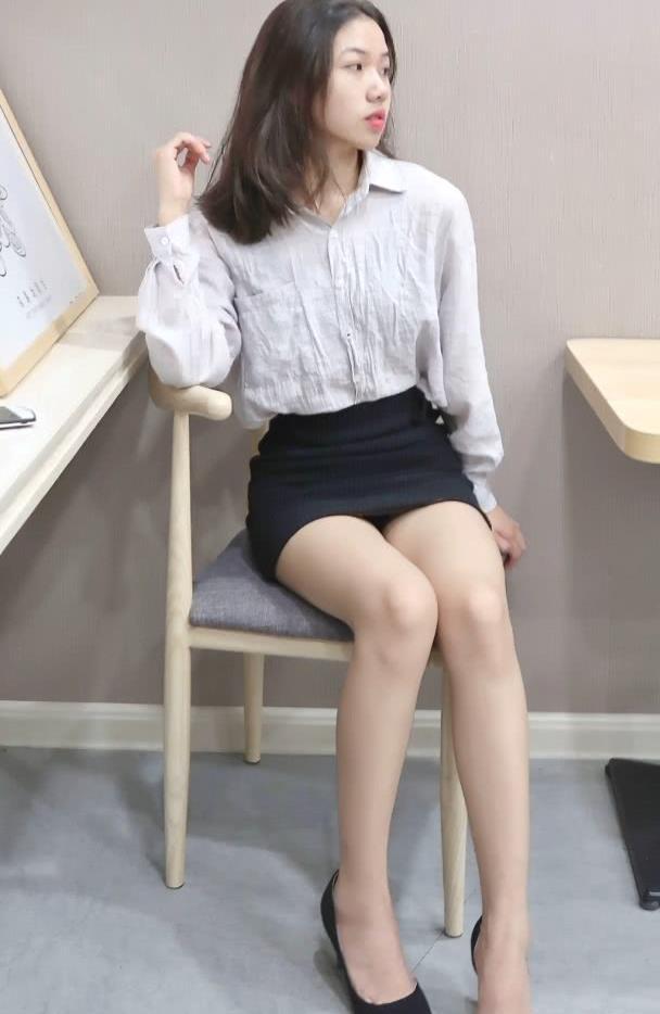 美女混麻衬衣搭配高腰一步短裙,时尚简约更显大气,穿出成熟气质