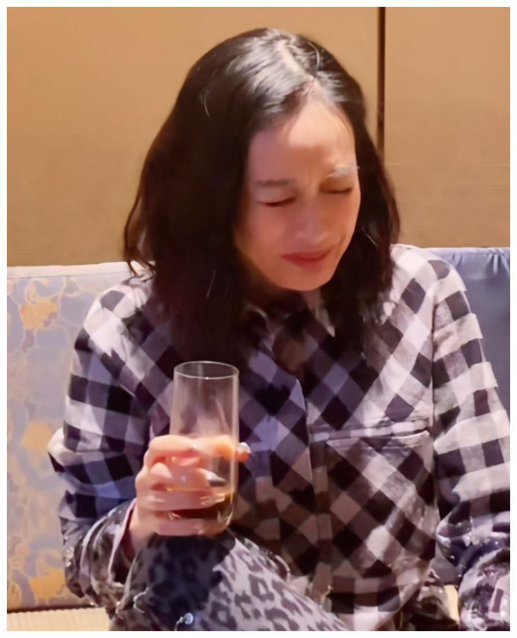 钟丽缇疑为拼四胎喝中药,50岁高龄备孕,到底是因爱情还是压力?