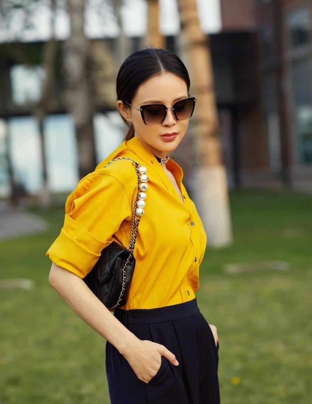 """关悦把""""衬衫""""穿出新高度,姜黄色衬衫配小白鞋,显贵又时髦"""