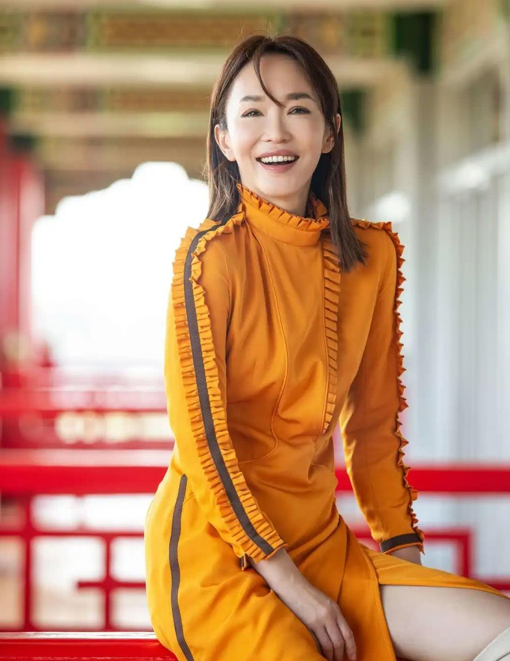 新加坡第一美女晒美照,49岁穿着更大胆,老公李铭顺亲手拍摄