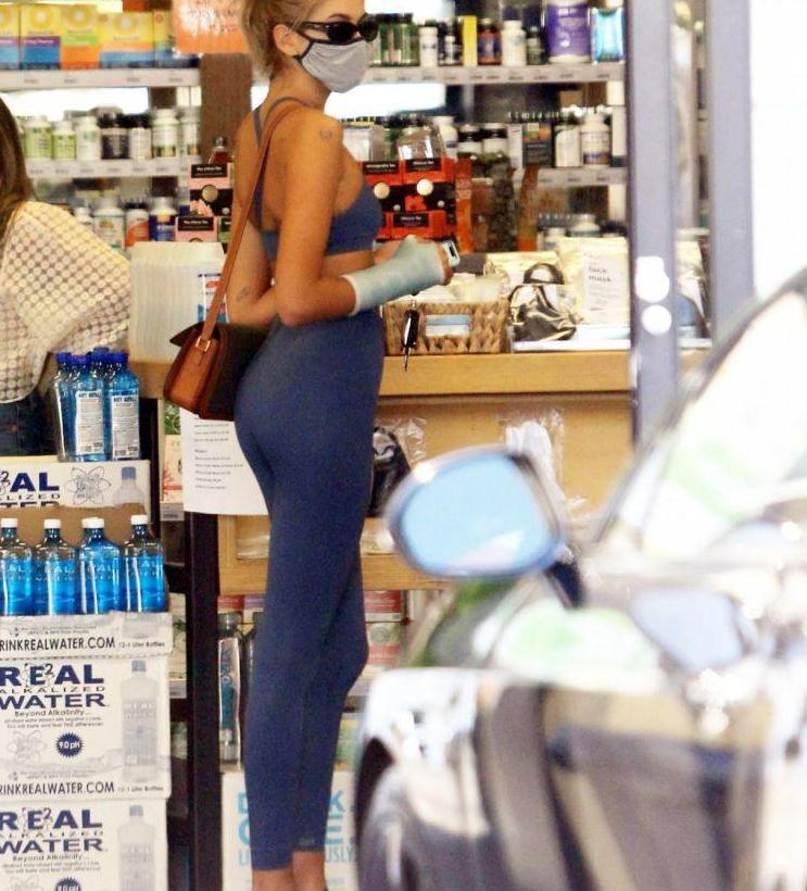凯雅·杰柏穿一套蓝色健身服展示苗条身材,自驾车街头商店买饮料