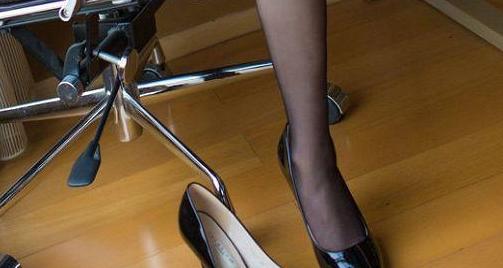 尖头细跟采用亮片鞋面的设计,隐约透着一丝优雅端庄气息