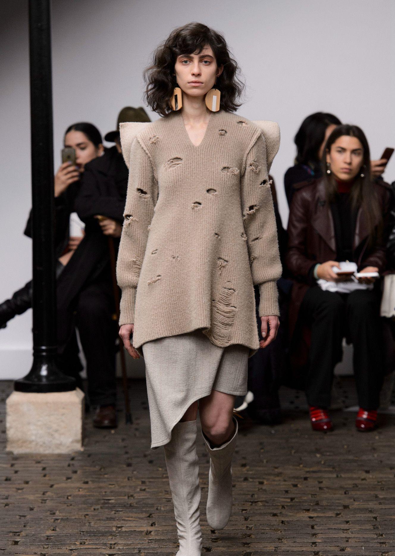 重又不失华丽优雅,裙撑是此次设计中架构造型的重点,优雅而轻便