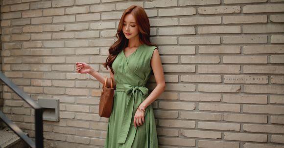 美女模特孙允珠高清美图:锈绿藤叶草色无袖街头束腰裙