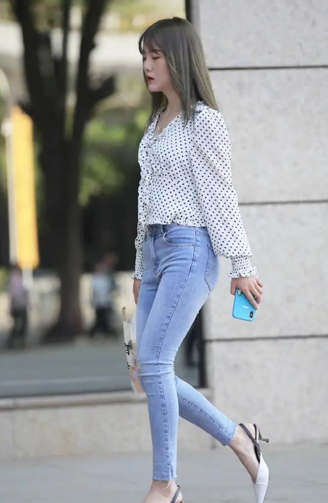 浅色牛仔裤和高跟鞋提升气质这么穿搭凸显女性魅力