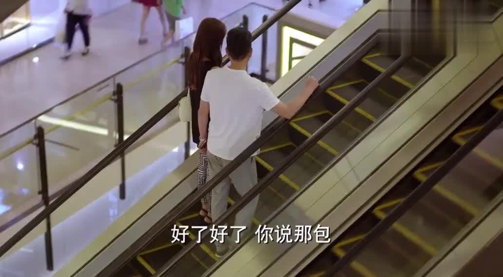 心机女看中名牌包包男友嫌贵不给她买,结果一个电话立马给她买!