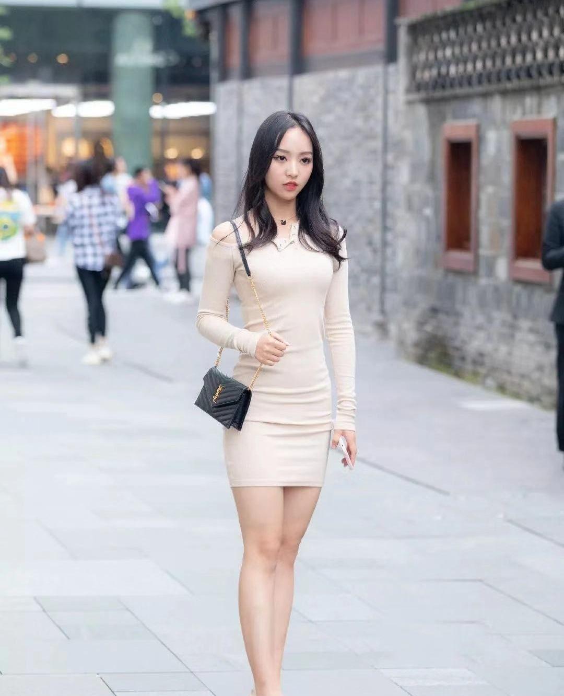 街拍,小姐姐一身裸色斜肩紧身短裙搭配高跟鞋,身材玲珑纤细