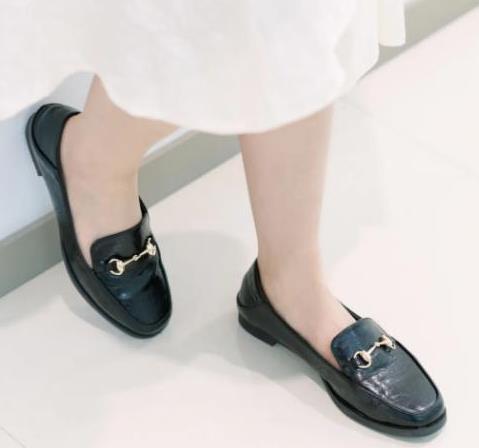 """秋天的时髦只需要一双""""乐福鞋"""",比马丁靴舒适百搭,明星都上头"""