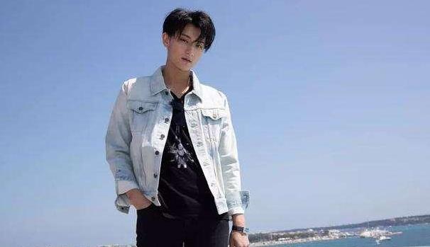 原以为黄子韬是潮流担当,父亲黄忠东也酷帅有型,好衣品不输儿子