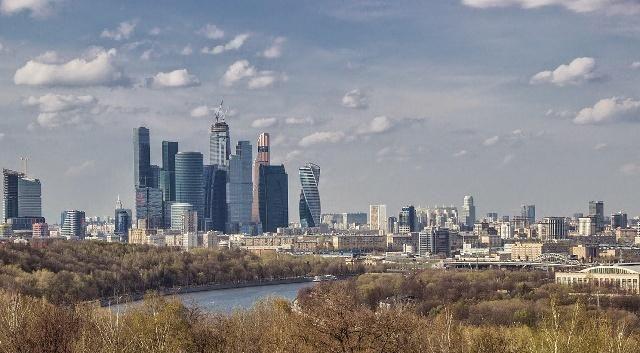 麻雀山观景台位于莫斯科西南部,毗邻莫斯科大学,莫斯科的制高点