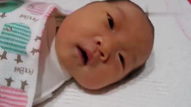 刚出生的宝宝打嗝,爸爸伸手安抚她,超有爱