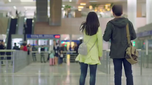 男子在机场接女儿,不料女儿却对他态度冷淡,连爸爸都不愿意叫!