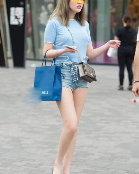 街拍美图:皮肤白皙的小姐姐,穿搭个性绑带短裤,活力四射!