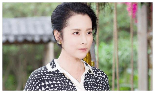 端庄大方杨明娜,戏中的女强人,生活中的职称好妈妈
