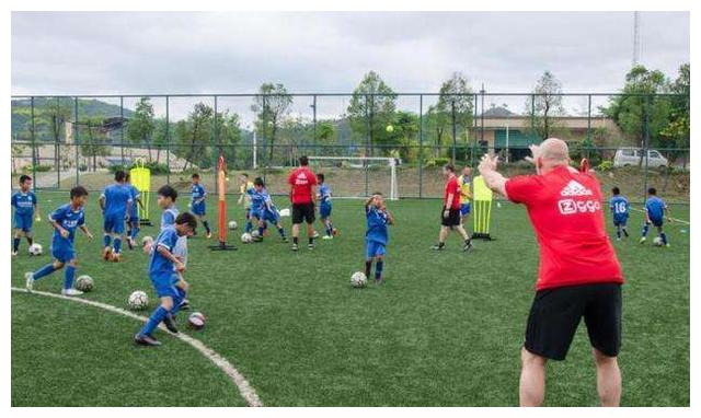 网络足球少年极速走红,突显落后的主因,浅谈中国足球发展的关键