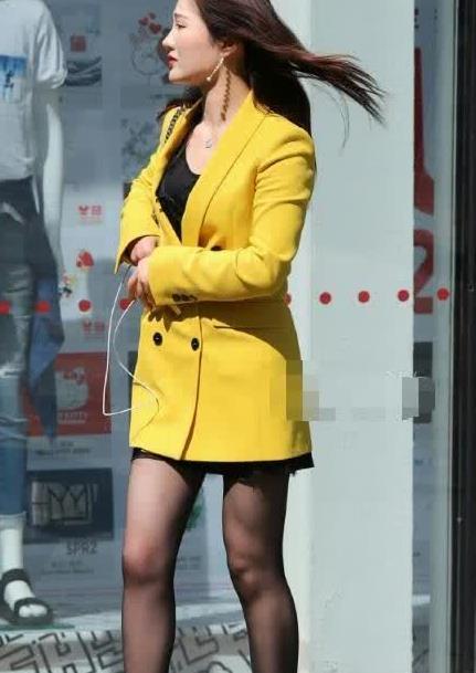 街拍:高挑美女穿西服式短裙,配上高跟凉鞋,秀出女王的风格