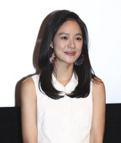 刘涛41岁,周韵也41岁,同穿小白裙,一个攻气十足,一个淡雅如菊