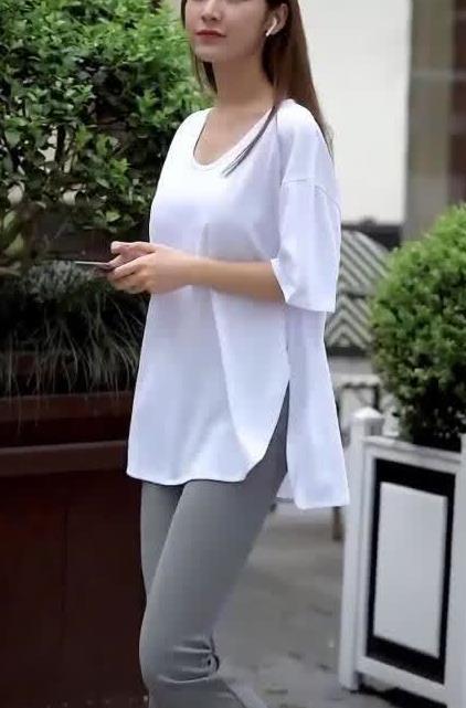 街拍时尚:美女搭配白色小衫阔腿裤十足的飘逸潇洒