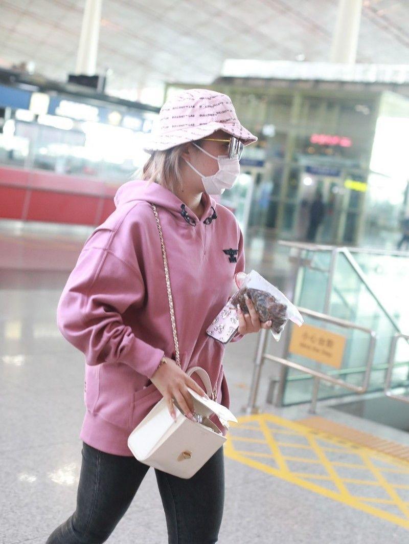 王菊总算穿套正常衣服了,单品虽很普通,却比之前高级货看得顺眼