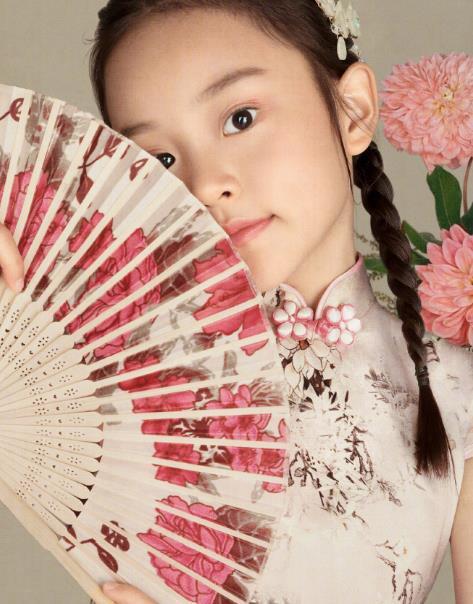 甜馨8岁庆生写真照!扎双麻花辫穿印花旗袍,宛如真格格一样贵气