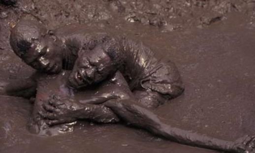 """世界上最""""诡异""""的泉水,一碰人就被石化,这是真的?"""
