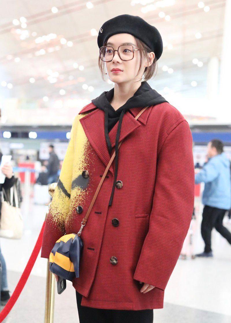 """袁姗姗和爸爸一同现身机场,穿成""""番茄炒蛋""""真有颜任性"""