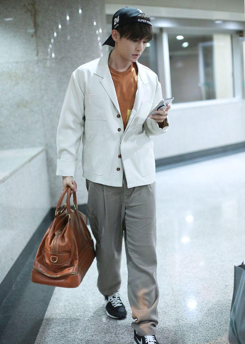 炎亚纶街拍:白色西装卡其色西裤Nike阿甘鞋清澈少年