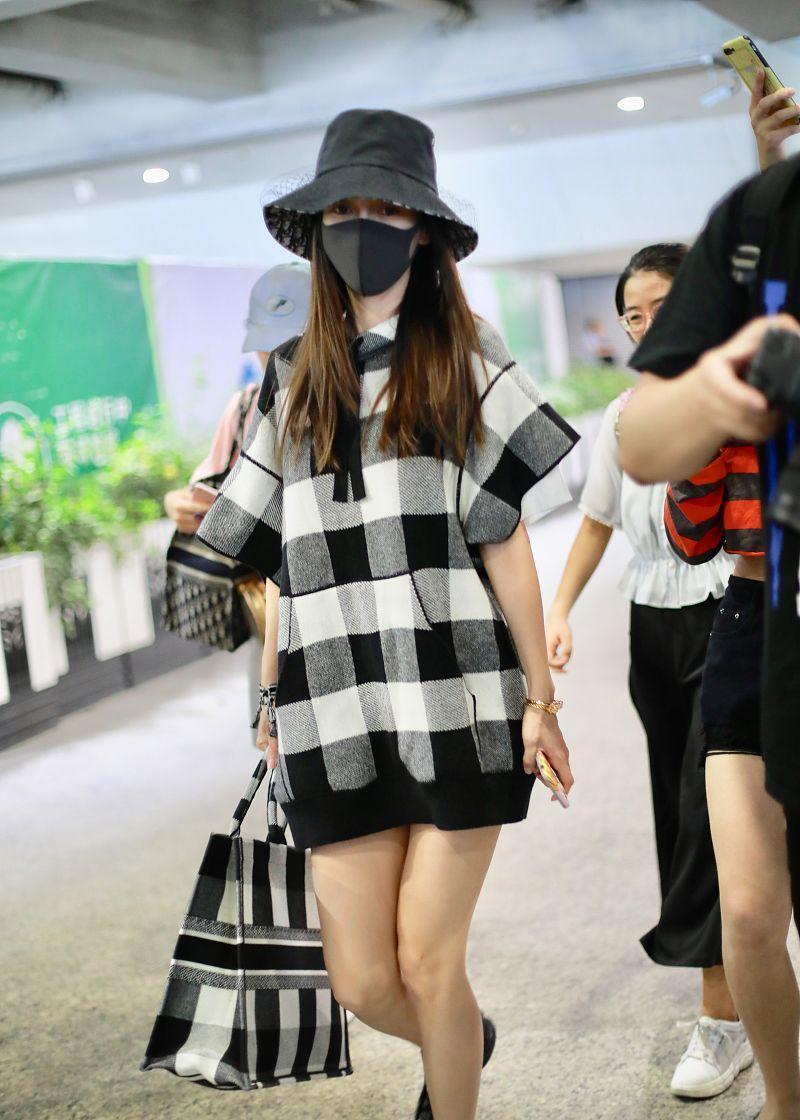 杨颖街拍:Dior格纹飞袖帽衫托特包 大秀美腿