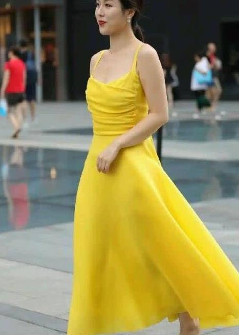街拍:黄色吊带公主裙搭配镶钻高跟凉鞋 高贵气质爆棚