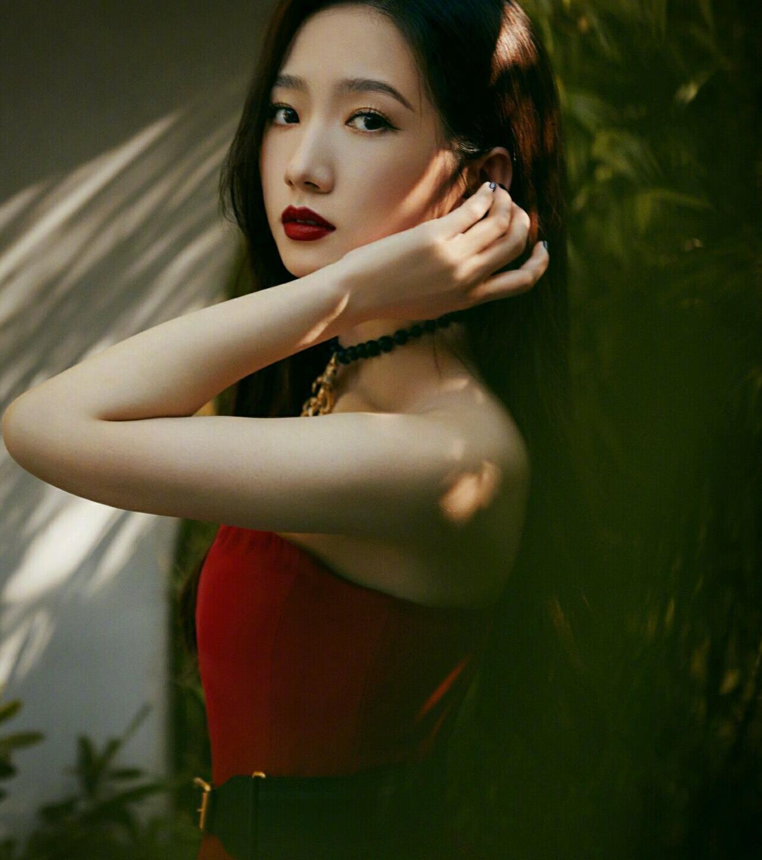 孟美岐最新造型,竹林红裙明艳动人