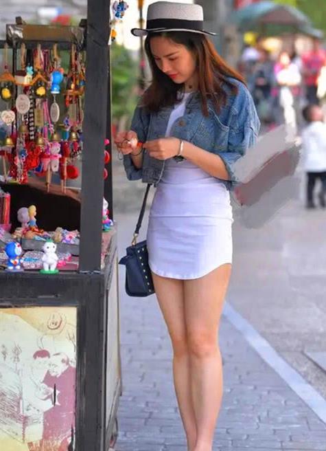 街拍,时尚美女夏季流行穿搭,透明款高跟凉鞋打造优雅女性风范