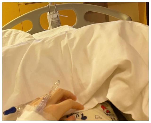 曾因医疗事故留后遗症!香港女歌手盲肠炎入院开刀,直呼痛到狂吐