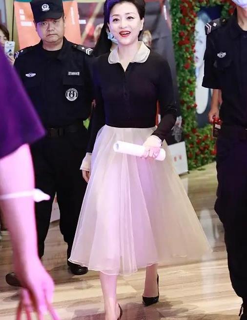 杨澜52岁还穿粉色公主裙,短发烫微卷灵动优雅,一般阿姨学不来