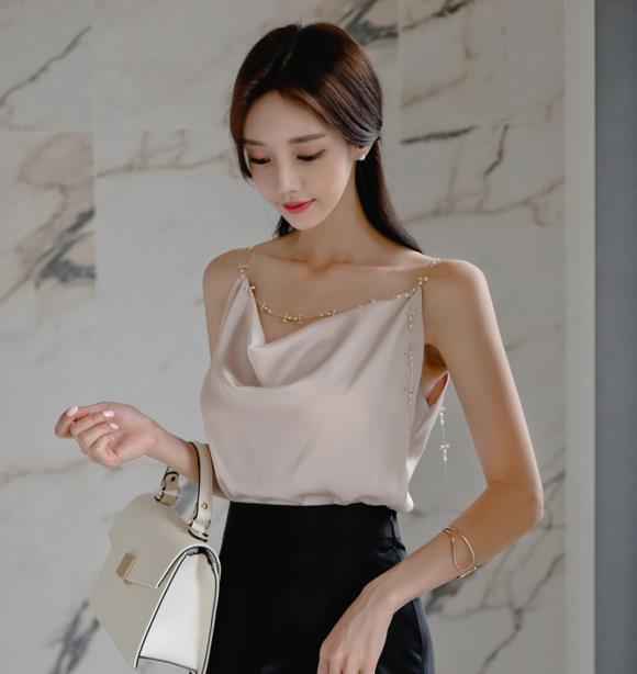 孙允珠时尚穿搭:金露萤粉垂帘丝滑包臀裙写真
