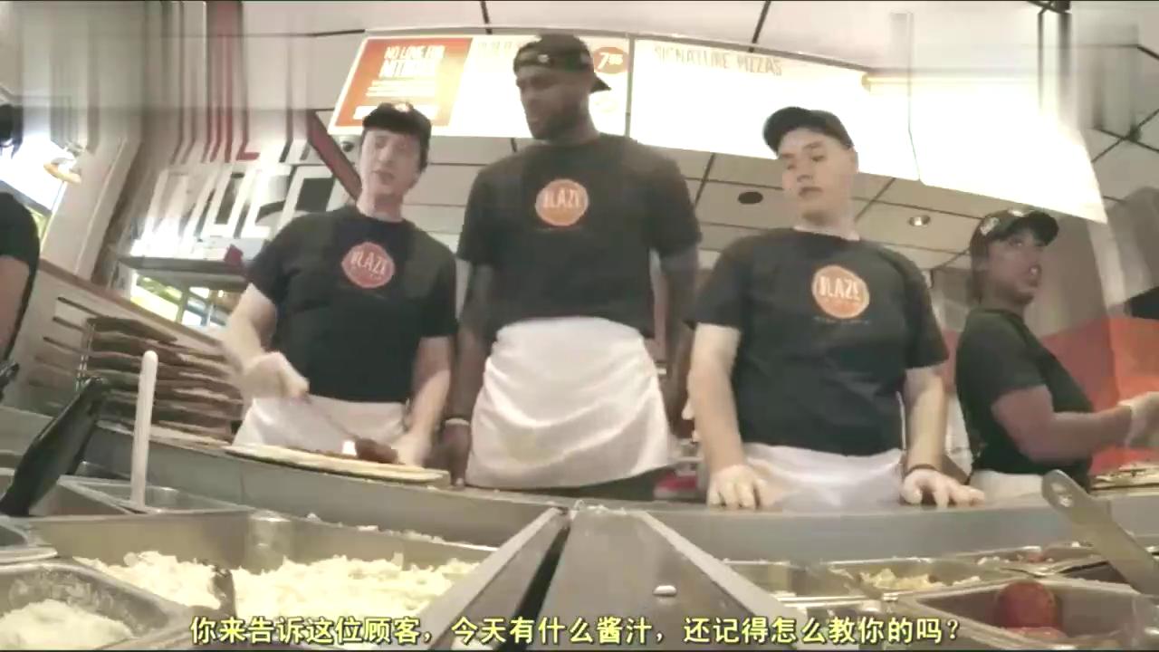 詹姆斯在自家的披萨店帮忙顾客他看起来好像韦德