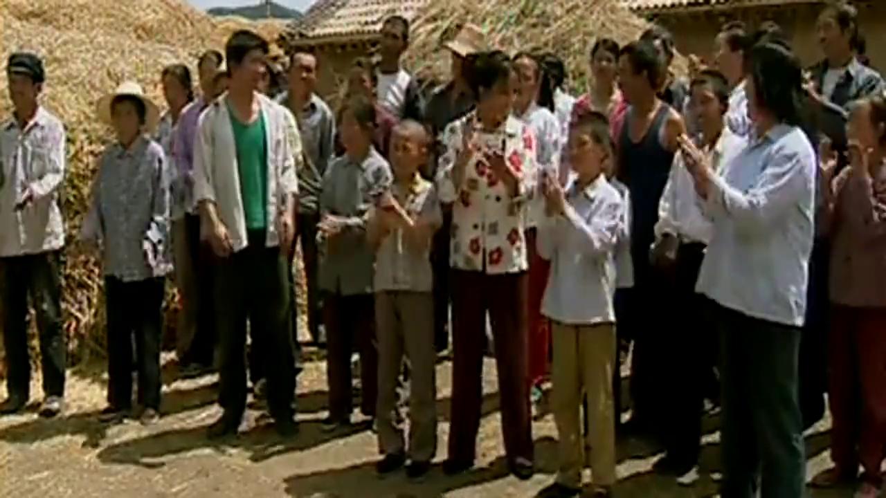 大结局,全村人给小花和爷爷捐粮食和零用钱,村长也很满足了