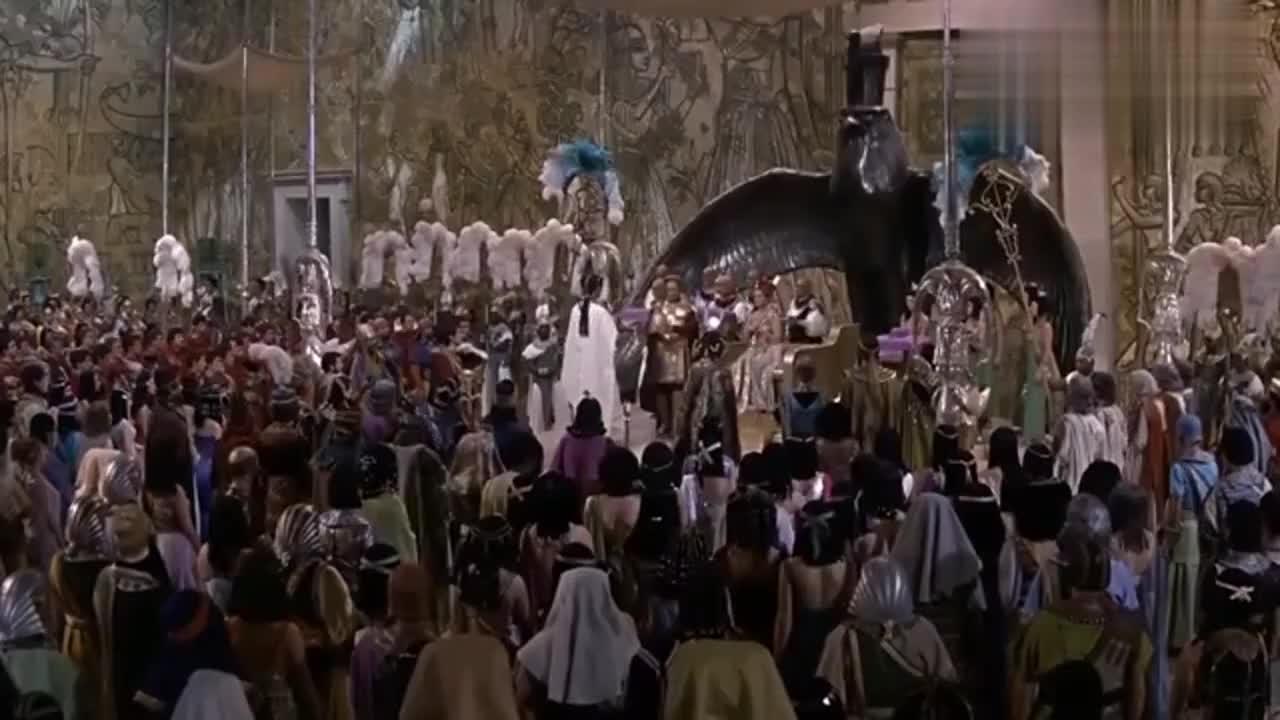 凯撒帮助埃及艳后顺利登上王位,凯撒下跪时,艳后的表情充满得意