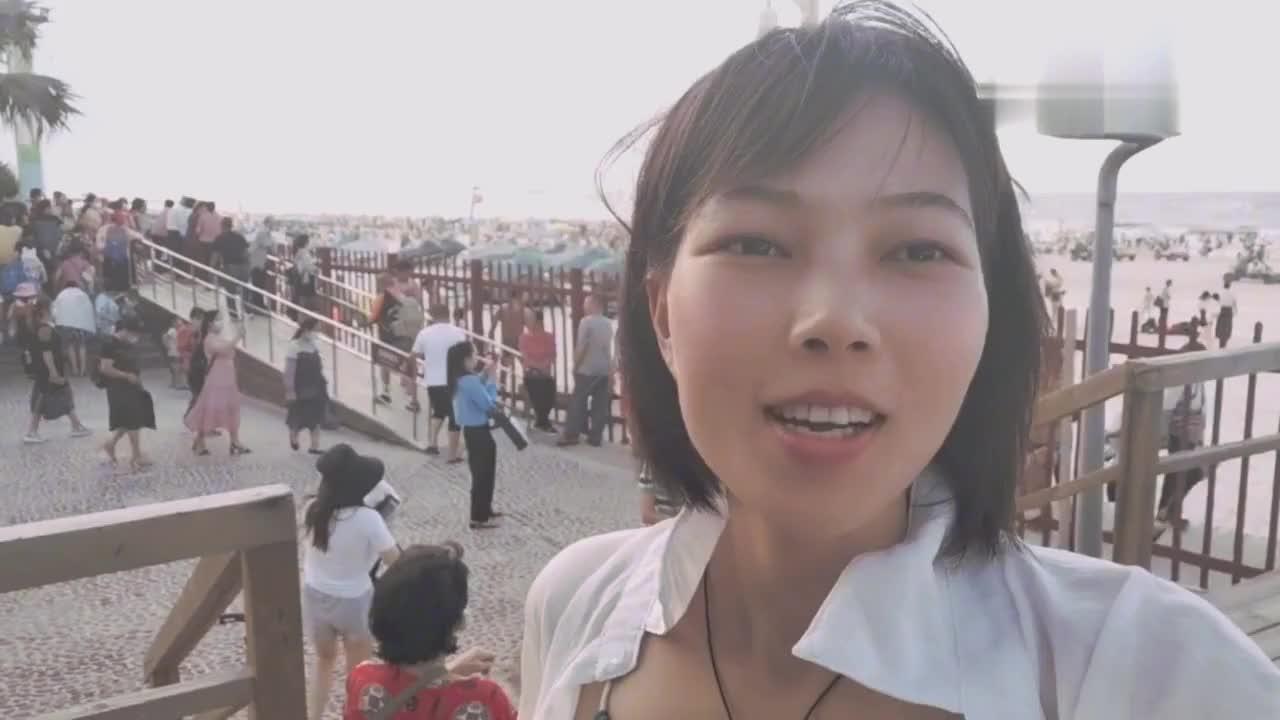 广西北海小姐姐银滩泡海水,海浪大到你尖叫,这感觉不要太爽了