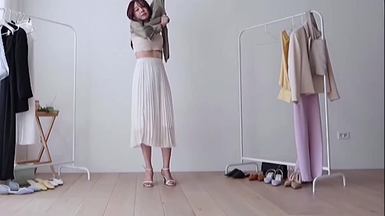白色长裙搭配亮面长袖上衣,时尚不失清新美感