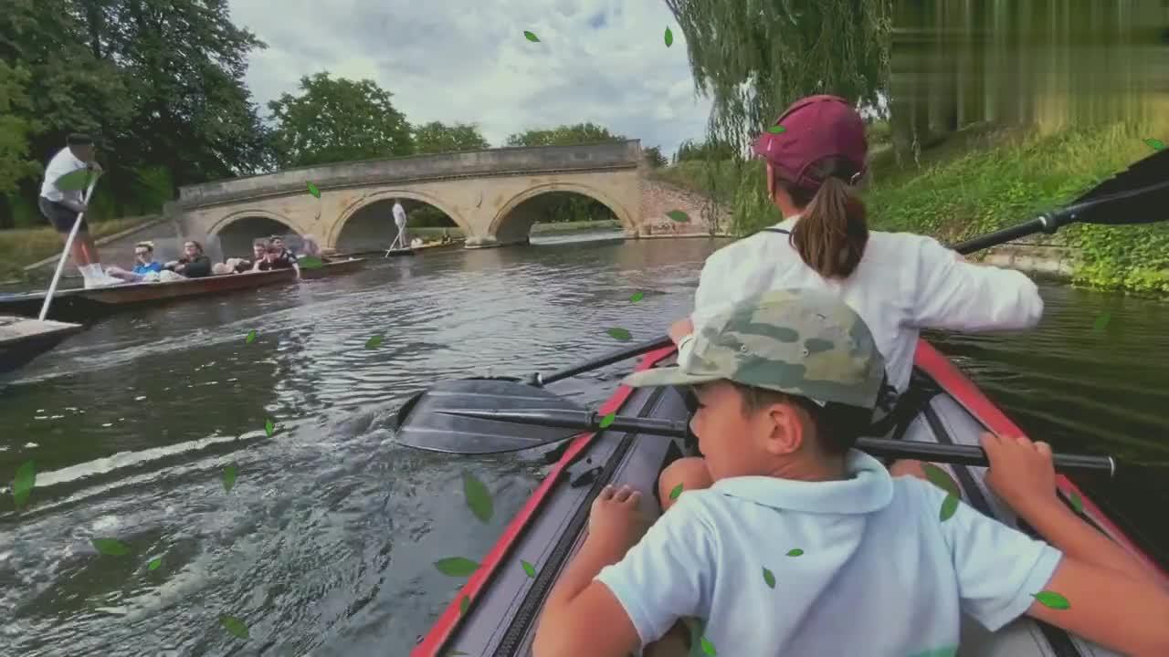 在康河上体验皮划艇,欣赏剑桥大学学院后花园两岸如诗如画的美景