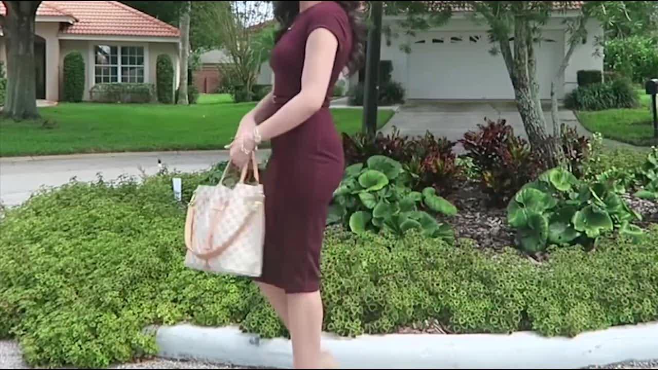 深红色连衣裙成熟大气,搭配浅色鞋子优雅美丽