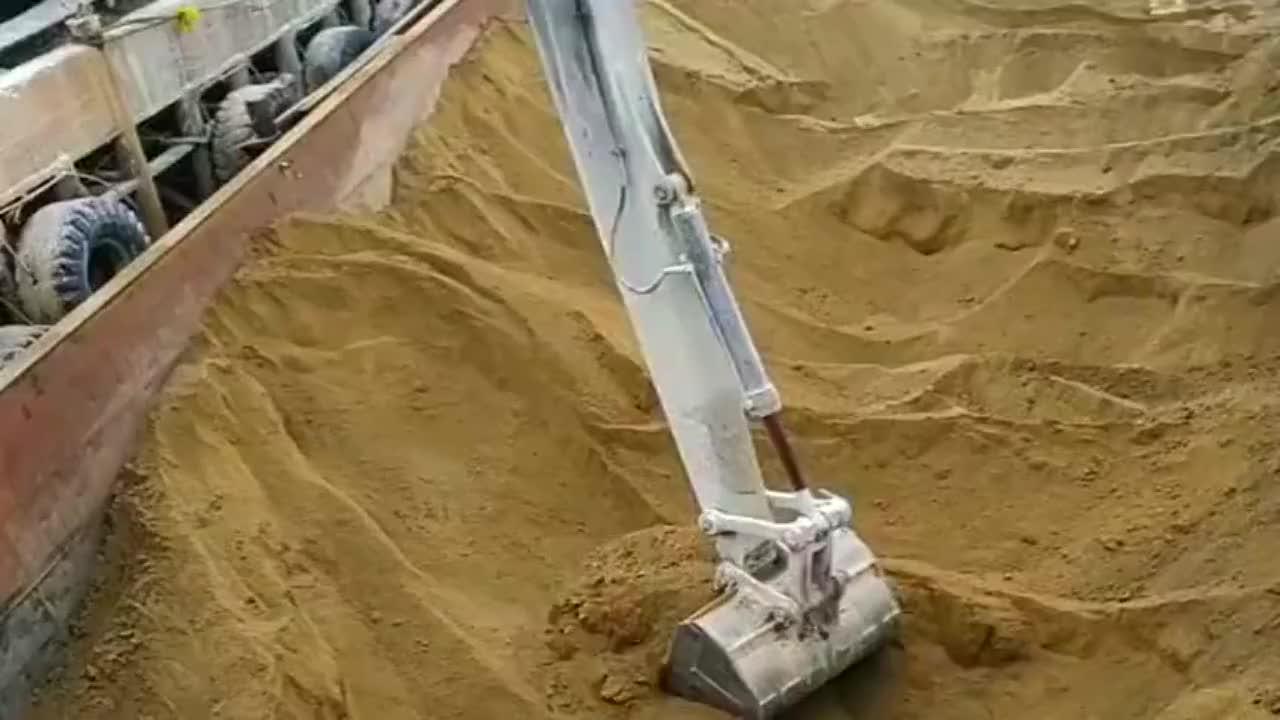 老板月薪8000请的挖掘机司机,一看就是新手,太慢了!