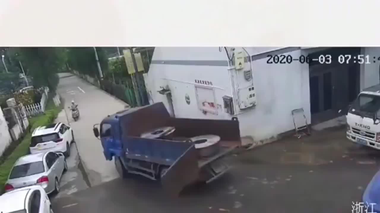 汽车停在路边,却意外救了大爷的命,监控拍下离奇的一幕!