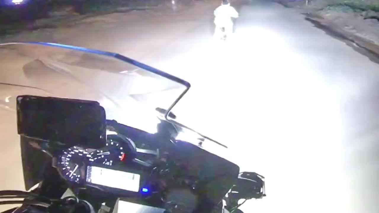 机车摩托:好心给小朋友开灯照明跟随他,他一直跑,是不是做错了