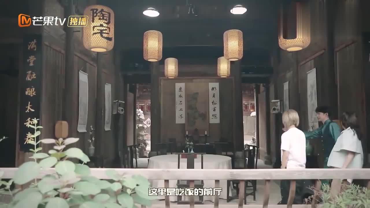节目组带宁静张雨绮逛老宅,大张伟开始找茬:热死了空调都没有!