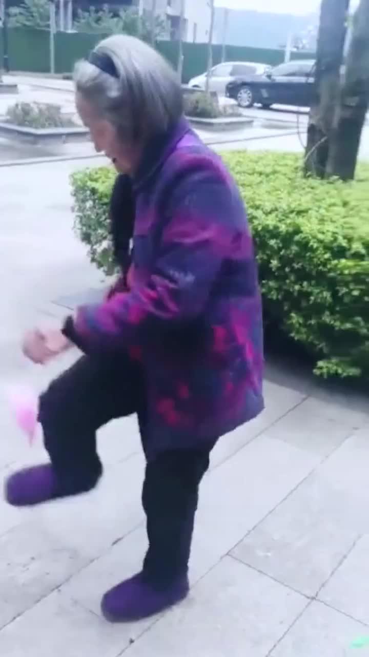 老奶奶真厉害,毽子踢得好