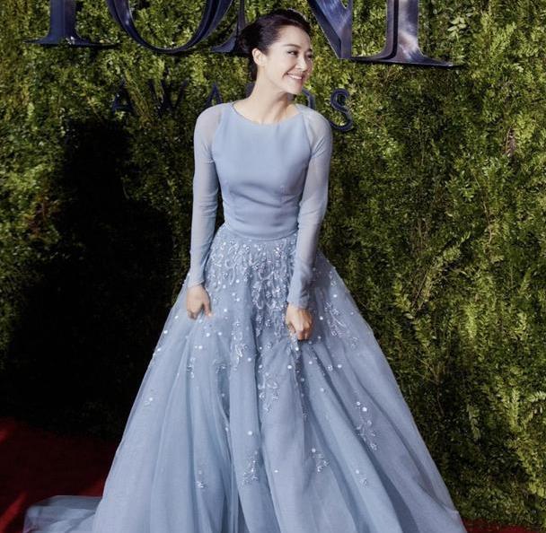 许晴在国外终于高调一回,穿淡蓝色连衣裙配盘发,气质优雅像公主