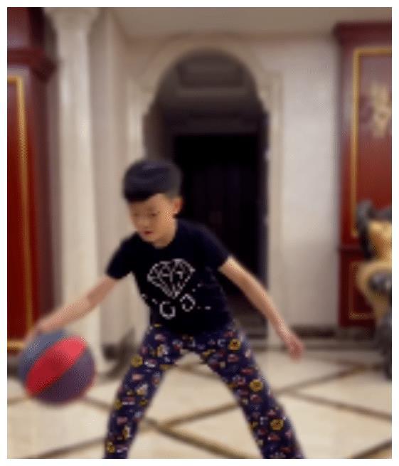 陈江华连发7个动态:晒儿子在家打球视频,却意外曝光豪宅内景