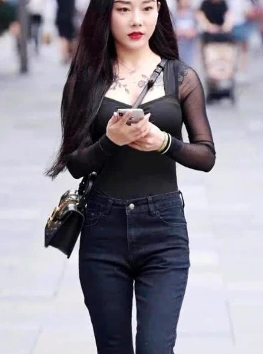 街拍:黑色纱袖上衣搭配复古牛仔裤喇叭裤 清纯感十足
